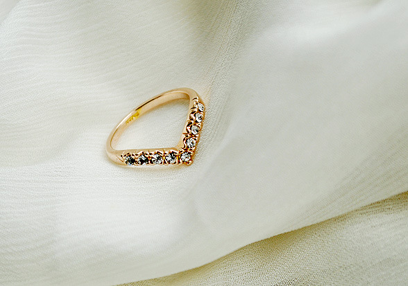 Fashion-Cute-V-Shaped-Rhinestone-Shining-Crystal-Gold-Plated-Ring-Women-Jewelry